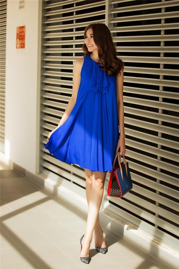 Sắc xanh cobalt trẻ trung, ngọt ngào của Thanh Hằng sẽ là một gợi ý tuyệt vời cho những chuyến du lịch hè sắp tới đâu. Họa tiết nơ đối xứng ngay cổ làm gợi nhớ đến nét đặc trưng của phong cách cổ điển thanh lịch, nhẹ nhàng.