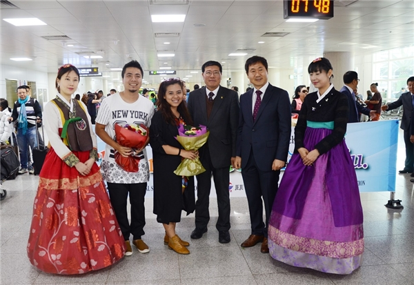Bên cạnh việc trải nghiệm cảnh đẹp tại Jeju, cặp đôi cũng là khách mời đặc biệt cho buổi kí kết hợp tác phát triển du lịch giải trí giữa Hiệp hội du lịch Quảng Ninh (Việt Nam) và Hiệp hội du lịch đảo Jeju (Hàn Quốc). - Tin sao Viet - Tin tuc sao Viet - Scandal sao Viet - Tin tuc cua Sao - Tin cua Sao