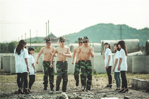 Những chàng trai, cô gái cố gắng có được bộ ảnh kỷ yếu đẹp nhất, bất chấp thời tiết nắng nóng. Ảnh: Phạm Thiên Anh