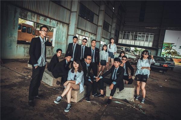 Bạn có thấy bộ ảnh này giống nhưphim bộ Hong Kong xã hội đen không? (Ảnh: Cốp Small)