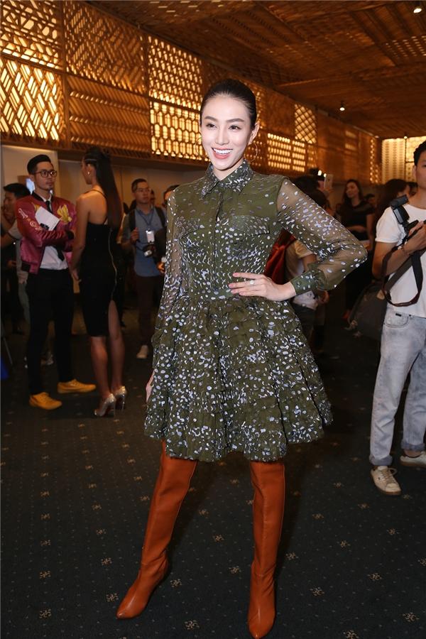 Đồng hành với Ngọc Trinh trên thảm đỏ này là người đẹp Lê Hà. Cô diện bộ cánh mang màu sắc quân đội của nhà thiết kế Lê Thanh Hòa.