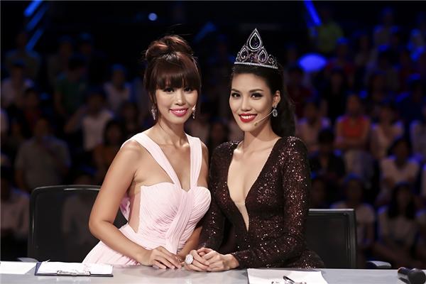 Đồng hành cùng với giám khảo Hà Anh, Henri Hubert trên ghế nóng tuần này chính là Hoa khôi Áo dài Việt Nam 2014, Top 11 Hoa hậu Thế giới 2015 - Lan Khuê. Cô diện bộ trang phục ôm sát trên nền chất liệu ánh kim với sắc nâu trầm mặc.'