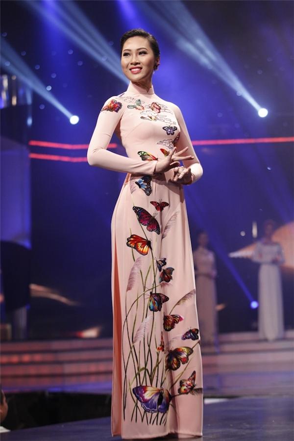 Diệu Ngọc trong phần trình diễn áo dài. Cô gái cao 1m80 đến từ Đà Nẵng được đánh giá là một trong những thí sinh có phong độ ổn định nhất.