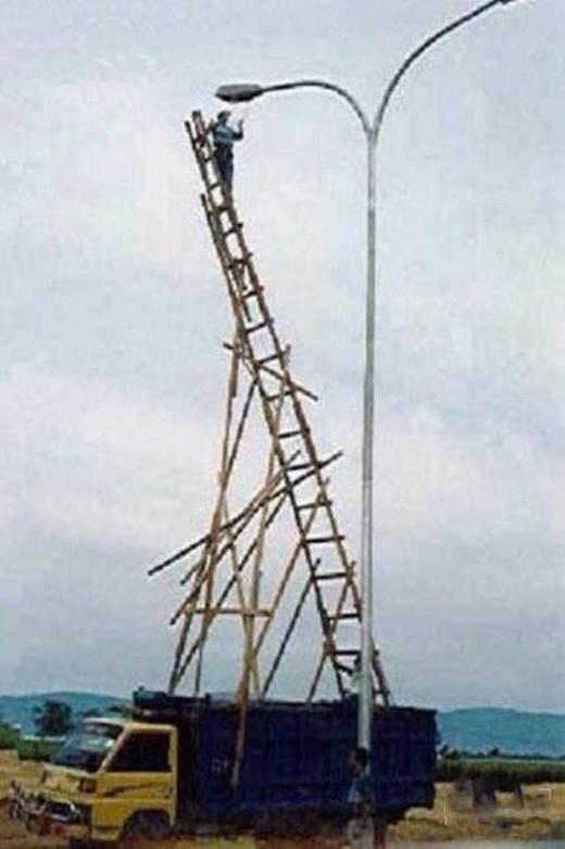 Không một sợi dây bảo hiểm, thậm chí thang và giàn còn làm từ gỗ. (Ảnh: Internet)