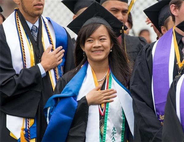 Linh khiến nhiều người nể phục vì nghị lực vượt khó và sự hiếu học hiếm thấy ở 1 nữ sinh 18 tuổi
