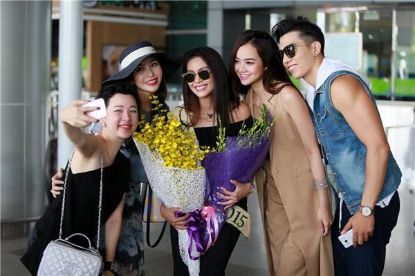 Ngoài ra, ê-kíp chào đón Angelia Ong còn có siêu mẫu Ngọc Tình và người mẫu Kiều Ngân.