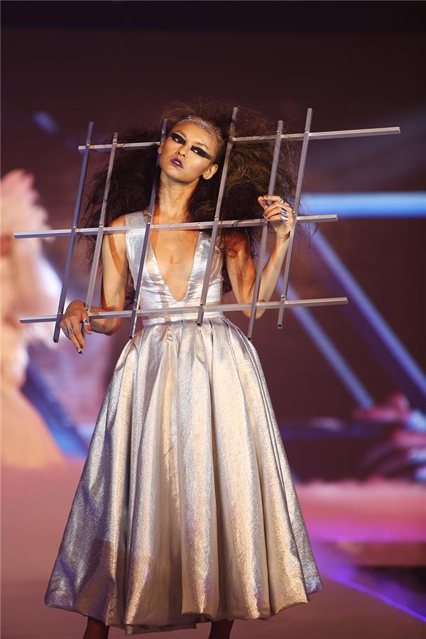 Người mẫu Quỳnh Mai giữ vai trò mở màn cho bộ sưu tập này. Sau ồn ào thi chui và bị cấm diễn, nữ người mẫu đã hoạt động nghề nghiệp bình thường trở lại sau khi chịu mức phạt 22,5 triệu đồng.
