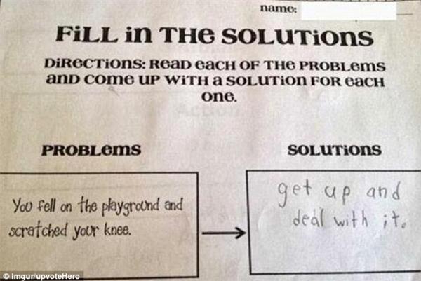 """""""Đứng lên và đối diện với nó""""- có lẽ là đáp án mà thầy giáo hoàn toàn không nghĩ tới khi hỏi: """"Bạn cảm thấy sao khi bị ngã trên sân chơi và trầy xước đầu gối?"""".(Ảnh: Dailymail)"""