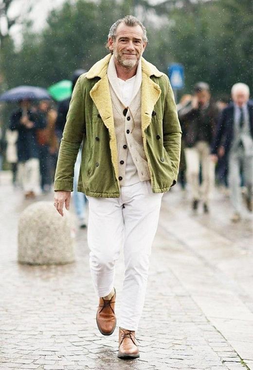 Quần trắng kết hợp cùng áo khoác corduroy sẽ tạo nên một bộ dạo phố nhẹ nhàng nhưng vô cùng thanh lịch.(Ảnh: Internet)