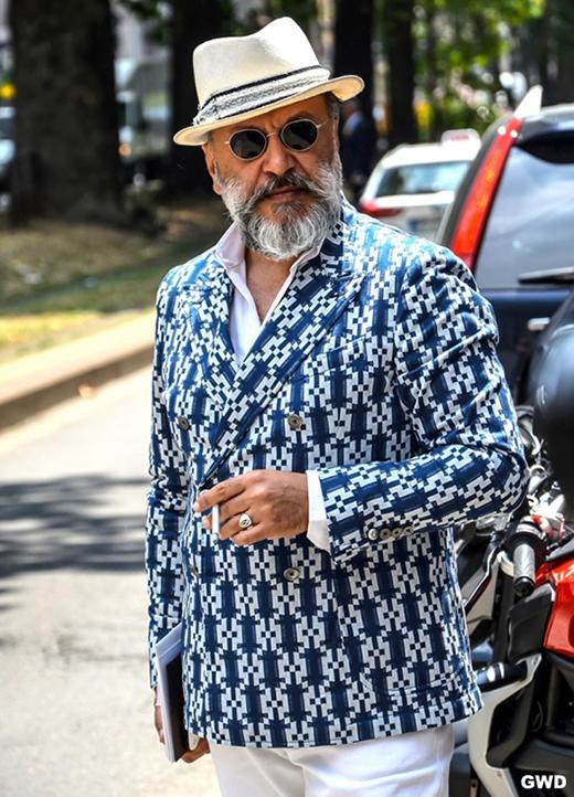 Nên chon những màu dịu nhẹ tươi sáng như xanh, trắng,... sẽ giúp bạn trẻ trung hơn. Một áo khoá Double-Breasted Tuxedo màu xanh kết hợp cùng sơ mi trắng để dạo phố thì còn đẹp gì bằng?(Ảnh: Internet)