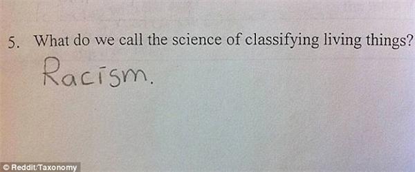 """Với câu hỏi: """"Môn khoa học về phân loại sinh vật sống được gọi là gì?"""", một học sinh đã viết không ngần ngại: """"Kì thị chủng tộc"""". Em nhỏ này thật... sâu sắc. (Ảnh: Dailymail)."""