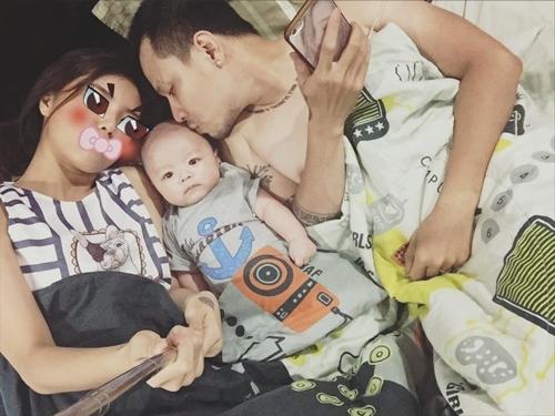 Mới đây, Lâm Á Hân lần đầu công khai hình ảnh rõ mặt của con trai. Khoảnh khắc gia đình hạnh phúc bên nhau của cựu thành viên BB&BG đãthu hútnhiều sựquan tâm của khán giả. - Tin sao Viet - Tin tuc sao Viet - Scandal sao Viet - Tin tuc cua Sao - Tin cua Sao
