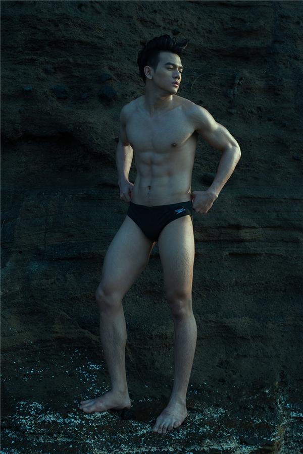 Lê Xuân Tiền khoe hình thể rắn rỏi, chuẩn mực trong những chiếc quần bơi thông dụng. Vẻ đẹp bề ngoài của người đàn ông trưởng thành đã được nam người mẫu truyền tải khéo léo.