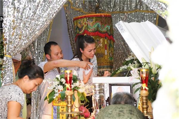 Ông xã ân cần đưa khăn giấy cho Hồng Ngọc - Tin sao Viet - Tin tuc sao Viet - Scandal sao Viet - Tin tuc cua Sao - Tin cua Sao