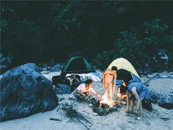 Trải nghiệm một đêm lửa trại chốn đảo hoang. (Ảnh: Tuấn Anh)