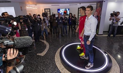 Ở sảnh chính của bảo tàng, Ronaldo cho đặt bức tượng sáp có kích thước y hệt anh. Dù không được đẹp cho lắm, nhưng nó lại là một trong những món đồ lưu niệm mà tiền đạo của Real Madrid khá ưng ý.