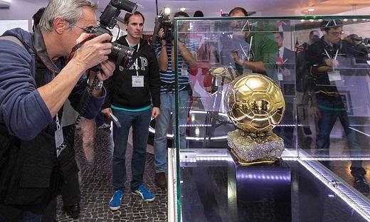 Danh hiệu QBV FIFA được Ronaldo đặt trang trọng trong hộp kính. Tiền đạo người Bồ Đào Nha chia sẻ, mỗi danh hiệu Ballon d'Or mà anh đạt được đều được đặt trong một căn phòng riêng.