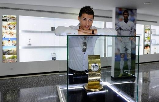 """CR7 bên danh hiệu """"Cầu thủ xuất sắc nhất thế giới 2008""""."""
