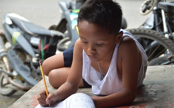 Cậu bé có ước mơ sau này sẽ trở thành cảnh sát. (Ảnh: AFP)