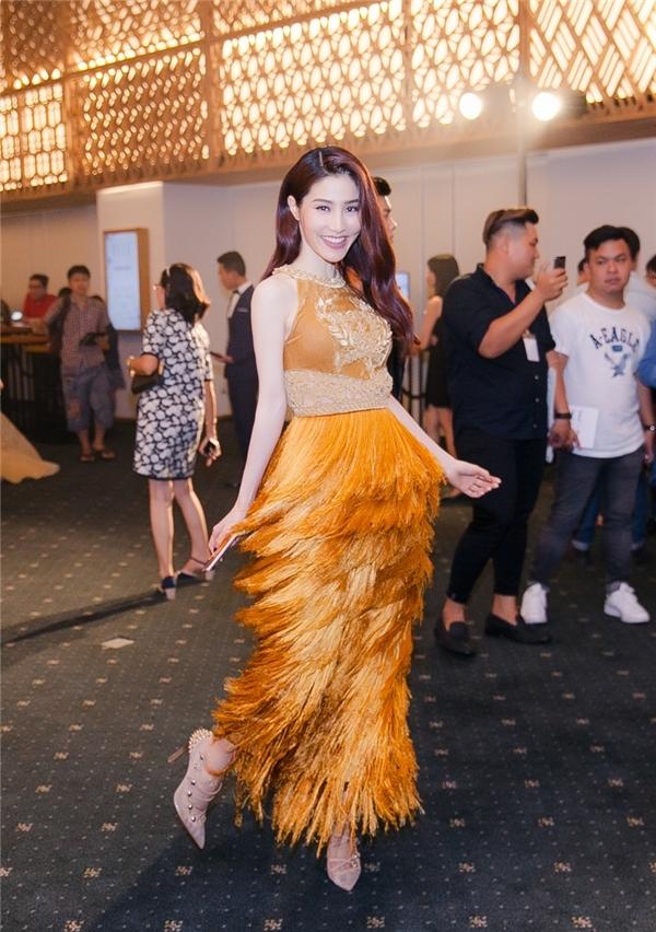 Đến với đêm tiệc Elle Style Award 2016, Diễm My gây chú ý với bộ váy màu vàng cam ngọt ngào. Đây là thiết kế nằm trong bộ sưu tập Lúa của nhà thiết kế Nguyễn Công Trí được trình làng vào cuối tháng 4 vừa qua. Những đường tua rua tạo nên chuyển động bắt mắt trước ống kính.