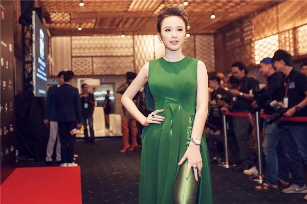 Vẫnsắc xanh nhưng cô nàng đã ghi điểm tuyệt đối với đường tua rua bản lớn cùng cách kết hợp trang phục độc đáo.