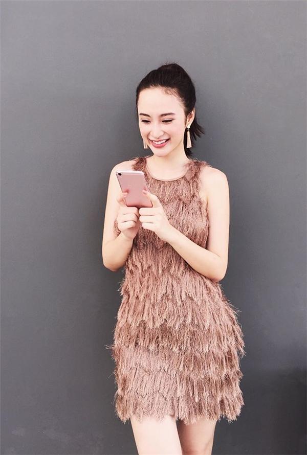Phương Trinh ngọt ngào, đơn giản với dáng váy cổ điển cùng tông màu pastel.