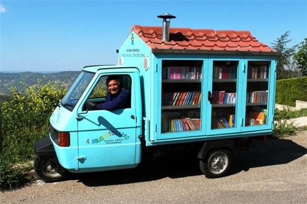 Sau khi nghỉ hưu, cựu giáo viên trung học người Italia - Antonio La Cava - quyết định mua một chiếc xe ba bánh và chế thành thư viện di động với hơn 1.000 cuốn sách. Ông rong ruổi khắp mọi miền đất nước để truyền niềm đam mê đọc sách cho mọi người.