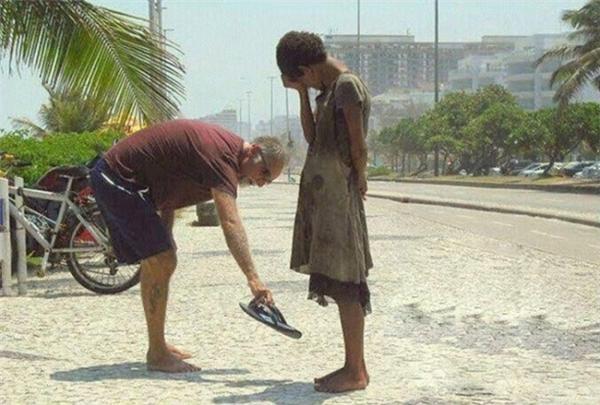 Người đàn ông tặng đôi dép mình đang sử dụng cho cô gái vô gia cư đi chân đất trên đường phố Rio de Janeiro (Brazil).