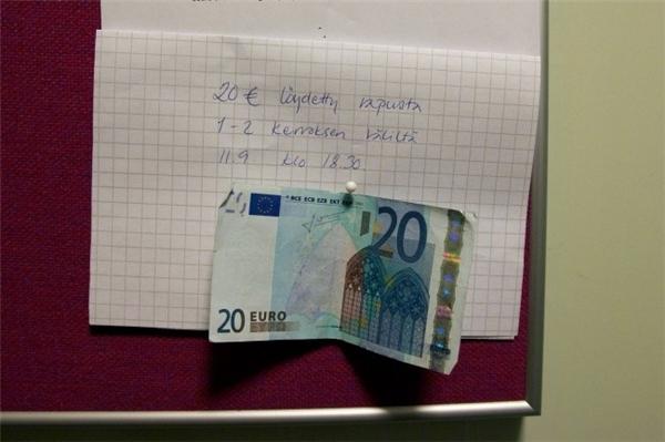 """Một người tốt bụng đã để lại mẩu giấy trong hành lang khu chung cư tại Helsinki (Phần Lan): """"Đồng 20 Euro này được tìm thấy giữa tầng 1 và tầng 2 vào 6h30 ngày 11/9""""."""