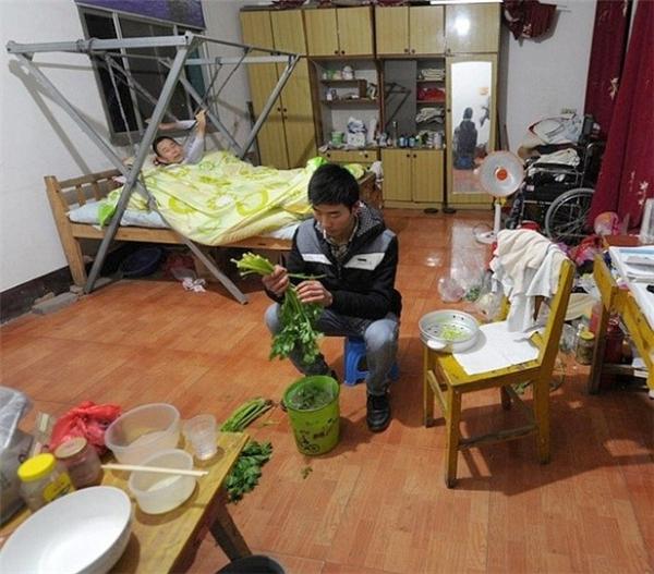 Guo Shijun sinh trưởng trong gia đình có hoàn cảnh đặc biệt khó khăn ở Trung Quốc. Ngay từ nhỏ, chàng trai đã cố gắng học giỏi để thoát nghèo và chăm lo cho người mẹ đau yếu. Khi đang học đại học, Guo phải xin nghỉ, chăm cha không may bị liệt sau tai nạn tại công trường xây dựng. May mắn thay, nhà trường đã tạo điều kiện cho anh chàng hiếu thảo đón cha tới ở cùng, để vừa yên tâm học hành vừa giữ trọn đạo làm con.