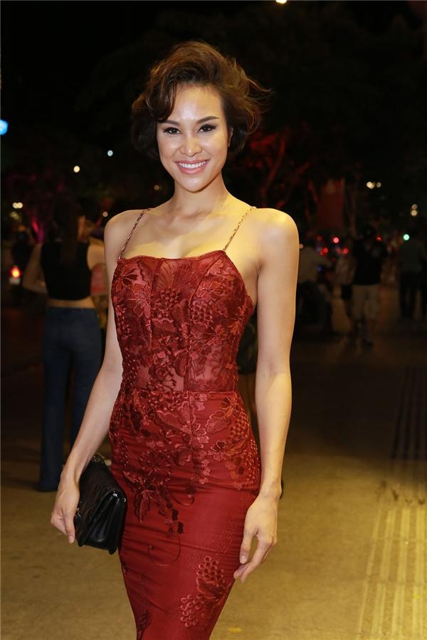 Phương Mai diện váy đỏ giữ vai trò MC của tuần lễ thời trang này.