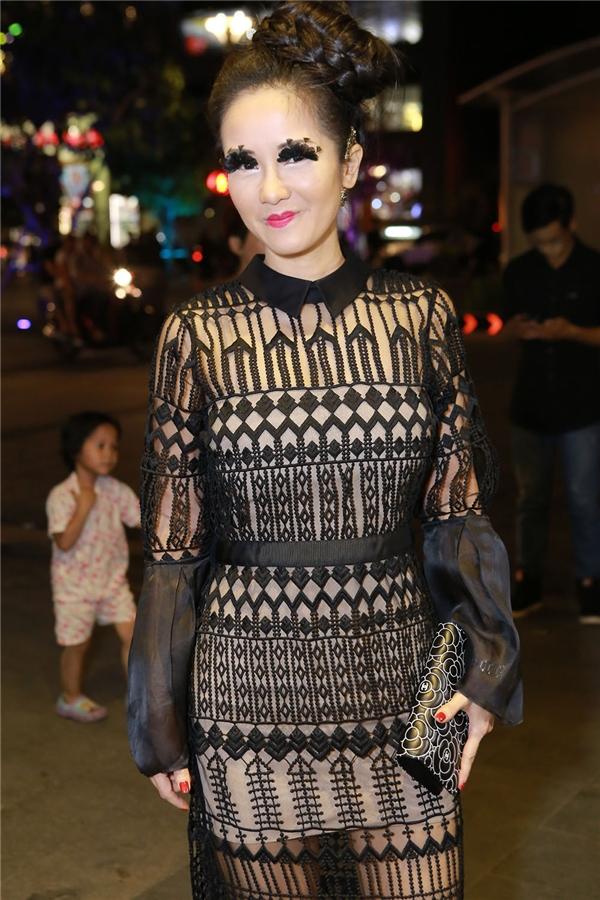 Diva Hồng Nhung với trang phục và cách trang điểm không hề ăn nhập với nhau.