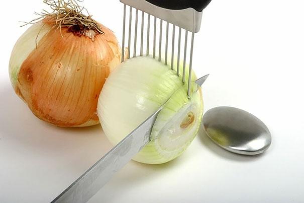 5. Dụng cụ này sẽ giúp các bà nội trợ thoải mái cắt hành tây khi nấu ăn mà không sợ cắt vào tay nữa nhé! (Ảnh: Internet)