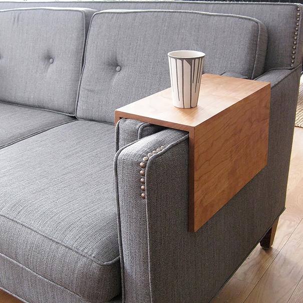 11. Ngồi trên ghế sô pha và muốn uống nước nhưng lại ngại đặt thêm một cái bàn bên cạnh? Thiết kế tiện dụng này dành riêng cho bạn đấy! (Ảnh: Internet)