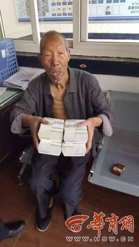 Cụ ông 83 tuổivà bọc tiền mình đã nhặt được tại đồn công an. (Ảnh: hsw.cn)