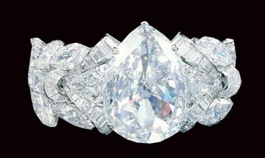 Được tìm thấy vào năm 1893 tại Nam Phi, viên Exceisior khoảng 996 carat đã bị cắt thành nhiều mảnh nhỏ. Viên kim cương lớn nhất được cắt ra từ viên đá nổi tiếng này chỉ khoảng 69,68 carat, nhưng nhiều người trong ngành công nghiệp đá quý tin rằng một khối lượng viên kim cương lớn hơn nhiều có thể đã bị lấy cắp từ đá gốc.(Ảnh: Internet)