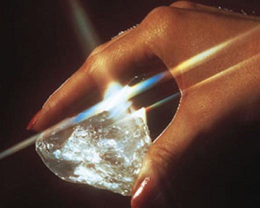 """Được phát hiện vào năm 1972, kim cương thô """"Star of Sierra Leone"""" đã được mua cùng năm bởi thợ kim hoàn nổi tiếng người Mỹ Harry Winston. Viên kim cương thô được cắt và sản xuất 17 viên kim cương gần như hoàn hảo nhỏ hơn. Một số viên đá quý nhỏ hơn được đặt vào một vài đồ trang sức thủ công tinh xảo nổi tiếng như là trâm cài Sierra Leone.(Ảnh: Internet)"""