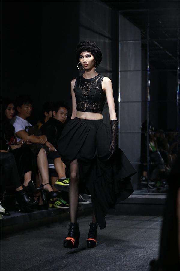 Tông đen cũng chính là mạch nối xuyên suốt bộ sưu tập này. Các thiết kế kết hợp hài hòa giữa phom áo dài truyền thống với những đường cắt, tạo khối hiện đại, táo bạo.