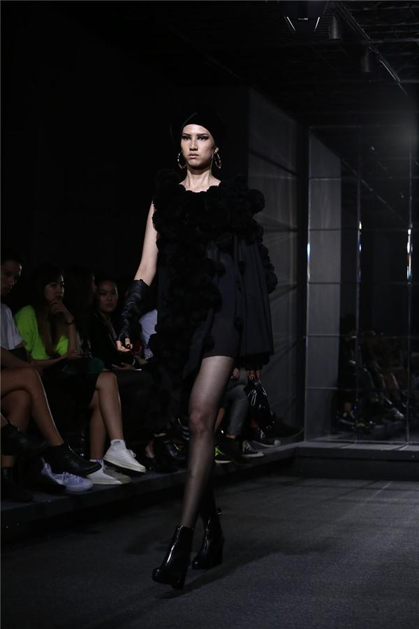 Chân dài 1m91 Hồng Xuân cũng xuất hiện trong show diễn này sau một thời gian dài im hơi lặng tiếng. Những bước catwalk của nữ người mẫu đã trở nên có lực, tràn đầy năng lượng hơn.