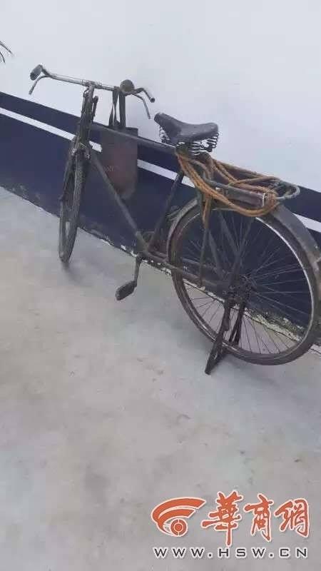 """Dù chỉ có chiếc xe đạp cũ nát này là tài sản, nhưng ông cụ vẫn kiên quyết trả lại số tiền lớn mình nhặt được, vì """"đó không phải tiền của tôi"""". (Ảnh: hsw.cn)"""
