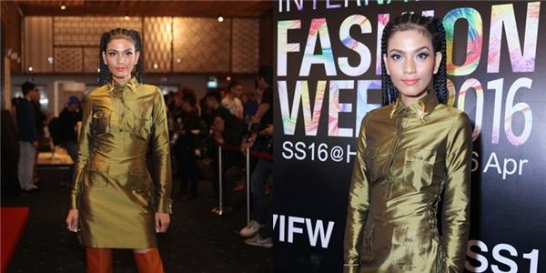 Trên thảm đỏ Vietnam International Fashion Week SS 2016, Trương Thị May diện trang phục mang phong cách quân đội cá tính, mạnh mẽ. Nhưng mái tóc tết bím cầu kì gần như đã phá hỏng tất cả.
