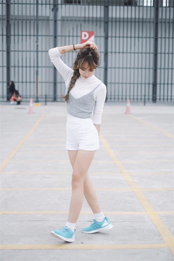 Với những cô nàng ưa chuộng vẻ ngoài cá tính, trẻ trung thì Min sẽ là một hình mẫu tuyệt vời. Những chiếc quần short được cô nàng tận dụng triệt để trong nhiều set đồ. Món trang phục này gần như là công cụ ăn gian chiều cao hiệu quả nhất.