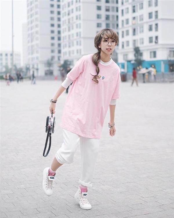 Áo oversized phối cùng quần ống lửng, một công thức khá mạo hiểm với những cô nàng có chiều cao khiêm tốn nhưng vẫn phát huy tác dụng. Một đôi giày thể thao hay giày Oxford đi kèm sẽ giúp bộ trang phục trông thú vị hơn.
