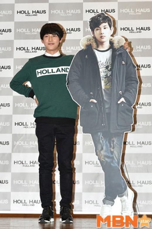 Si Wan cũng được độn thêm chiều cao để in standee. (Ảnh: Internet)
