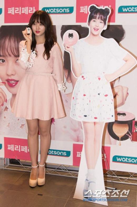 Standee của Kim So Hyun cao hơn cả cô và làn da cũng trắng sáng quá mức cho phép. (Ảnh: Internet)