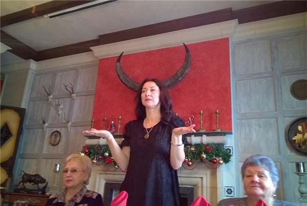 Trông người phụ nữ này giống như đang chủ trì một buổi lễ... triệu hồi Satan. (Ảnh: Internet)