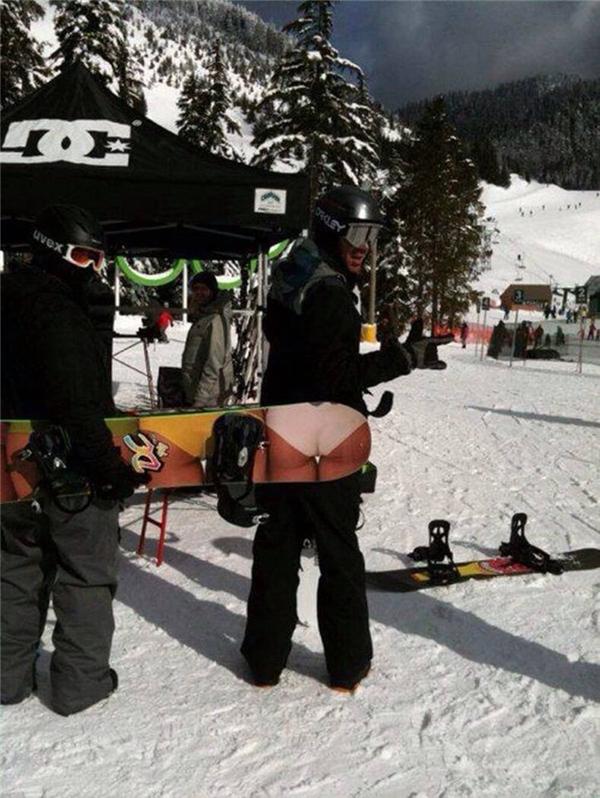 Đi trượt tuyết mà ăn mặc thế kia có lạnh không anh? (Ảnh: Internet)