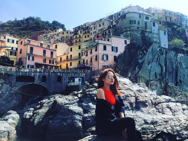 Đầu tháng 4/2016, nữ ca sĩ chụp ảnh tạilàng chài sắc màu Cinque Terre (Italy), nằm về phía Tây của thành phố La Spezia, thuộc vùng Liguria, phía tây bắc Italy,cùng địa điểm với Hồ Quang Hiếukhianh đang lưu diễn ở đất nước này. - Tin sao Viet - Tin tuc sao Viet - Scandal sao Viet - Tin tuc cua Sao - Tin cua Sao