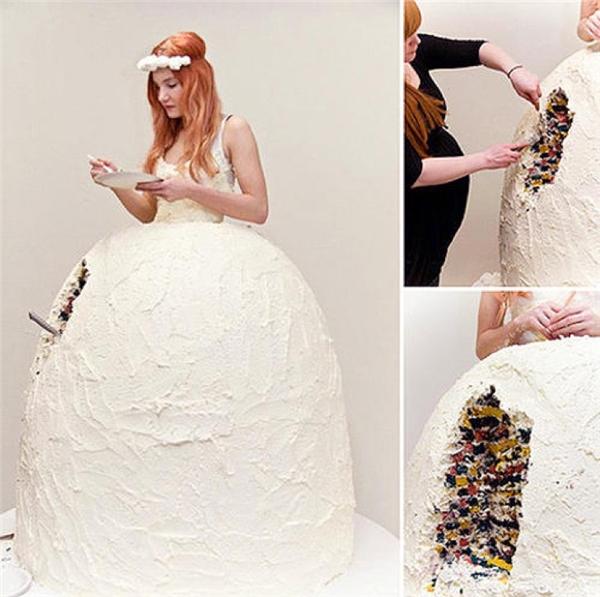 """Đây là sự kết hợp giữa hai thứ: váy cưới và bánh cưới. Tất nhiên là cô dâu phải đứng yên để người ta """"tùng xẻo"""" chiếc váy của mình."""