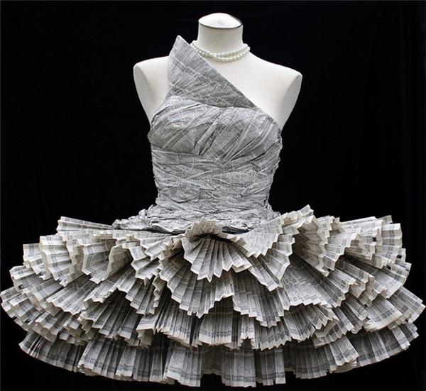 Váy làm từ báo. Vừa làm lễ vừa nghiên cứu tình hình quốc tế.
